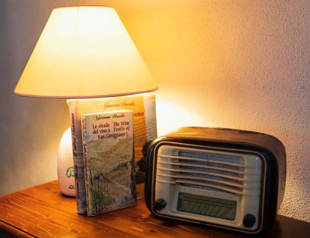 soggiorno radio e libro